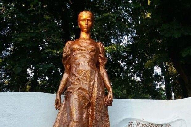 «Можливо, за ним треба просто доглядати», – лучани про бронзовий колір пам'ятника Лесі Українці (Відео)