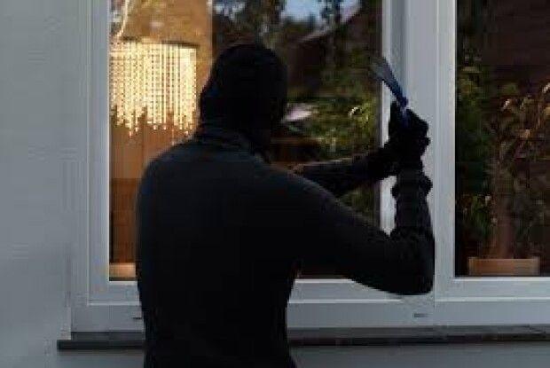 В Іваничівському районі грабіжник вдерся в хату до пенсіонерки і забрав 700 гривень і продукти