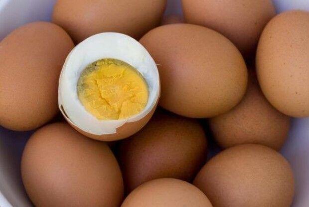 Чоловік посперечався з кумом, що зможе з'їсти 50 варених яєць – помер, наминаючи 42-ге...