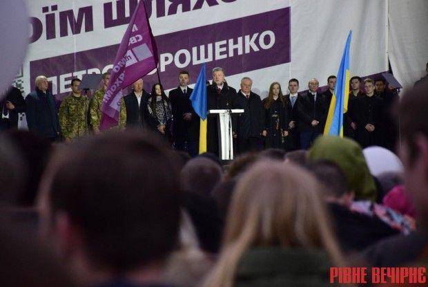 У Рівному на зустріч з Президентом принесли зброю та яйця (Фото)
