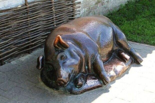 Де в Україні найбільше пам'ятників свині