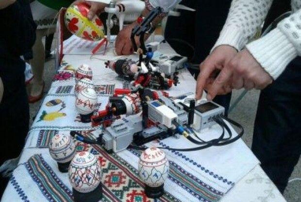 У Чернівцях презентували робота, який вміє розписувати писанки