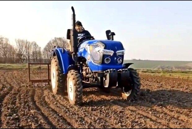 Оштрафували волинянина, який мало не переорав дорогу трактором