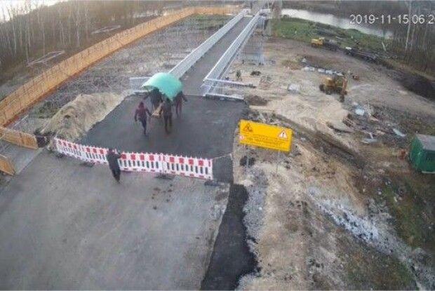 Жителі окупованої території спіонерили лавку з моста у Станиці Луганській, – ЗМІ