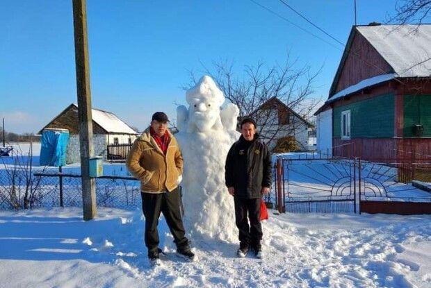 Житель Турійщини вже 11 років ліпить снігові скульптури