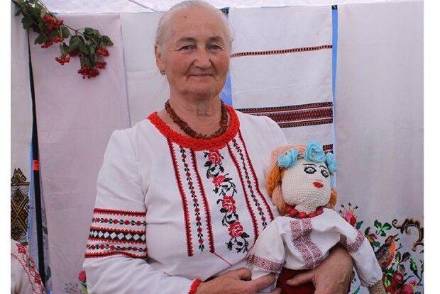 Маневицька вчителька вирощує поліську екзотику  та в'яже ляльки