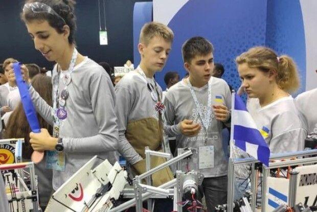 Українські діти побудували робота, який очищує океан від пластику