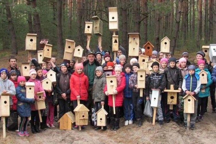 Йдуть на рекорд: школярі із Смідина встановили десятки шпаківень (фото)