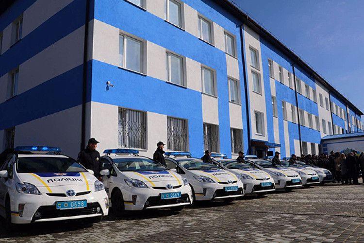 У Сарнах новий райвідділ поліції, 15 новеньких автівок та ялинкова алея (фото)