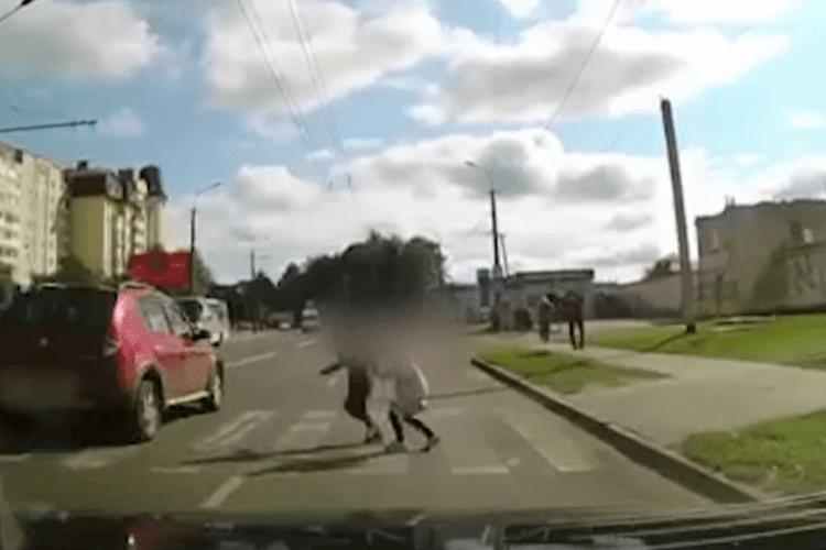 У Луцьку водій промчав на швидкості, не пропустивши пішоходів (Відео)