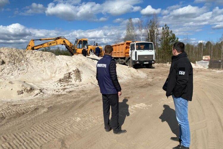 У Костопільському районі Рівненщини викрили підприємство, яке незаконно видобувало пісок у промислових масштабах