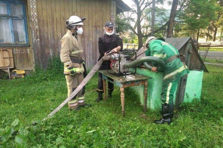 Волинські рятувальники продовжують допомагати постраждалим від наслідків негоди у Карпатському регіоні