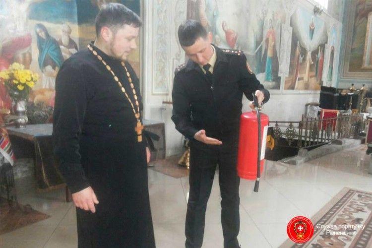 Дубнівських священиків навчили поратися з вогнегасником (фото)