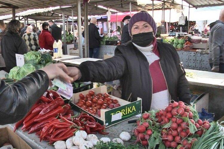 На луцьких базарах перевірили, чи дотримуються покупці карантину (Фото)