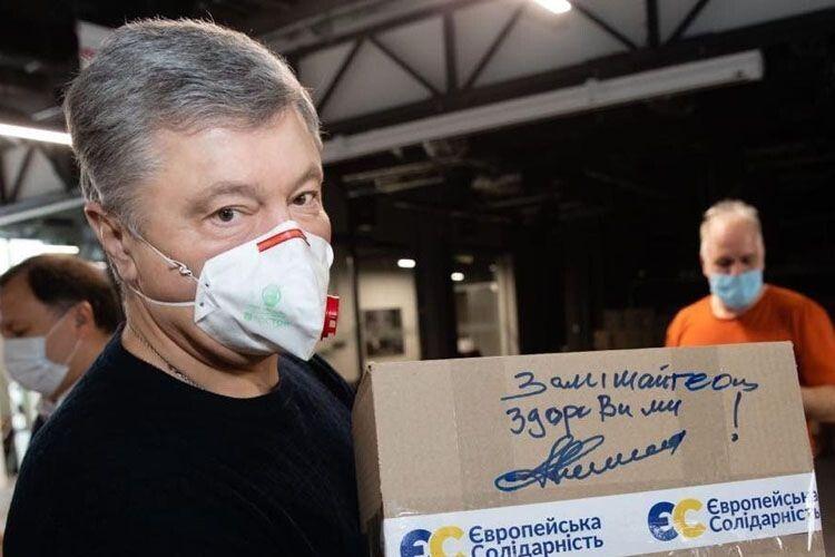 В Україну прибула друга партія медичних костюмів від Порошенка
