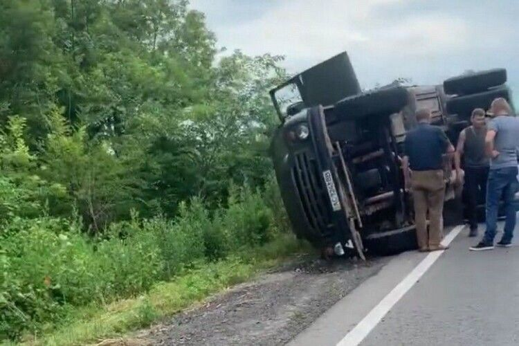На виїзді з Нововолинська перекинулась вантажівка (Фото, відео)