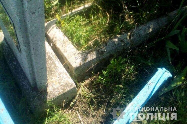 Демонтовував метал: чоловік вчинив наругу майже над 30-ма могилами