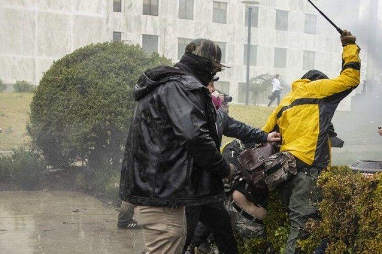 Штурм Конгресу в США: загинули чотири людини, будівля під охороною, Сенат відновив роботу
