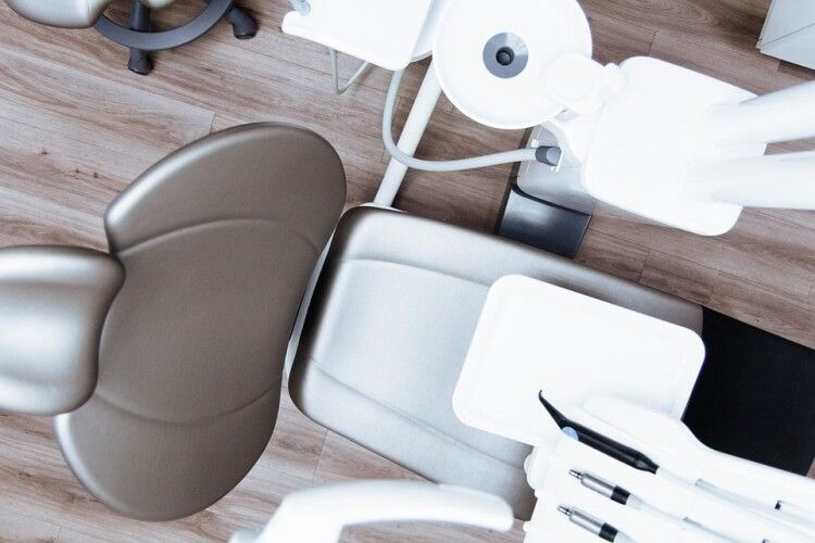 Чоловік приставив пістолет до скроні стоматолога через плач доньки (Фото)