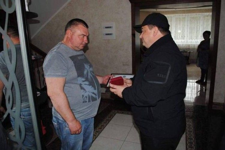 Жителя Київщини, який застрелив грабіжника і допоміг знешкодити банду з Росії, нагородила Нацполіція (фото)