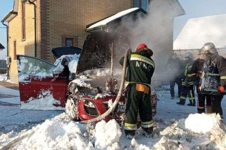 У місті на Волині серед білого дня на подвір'ї загорілась машина (Фото)