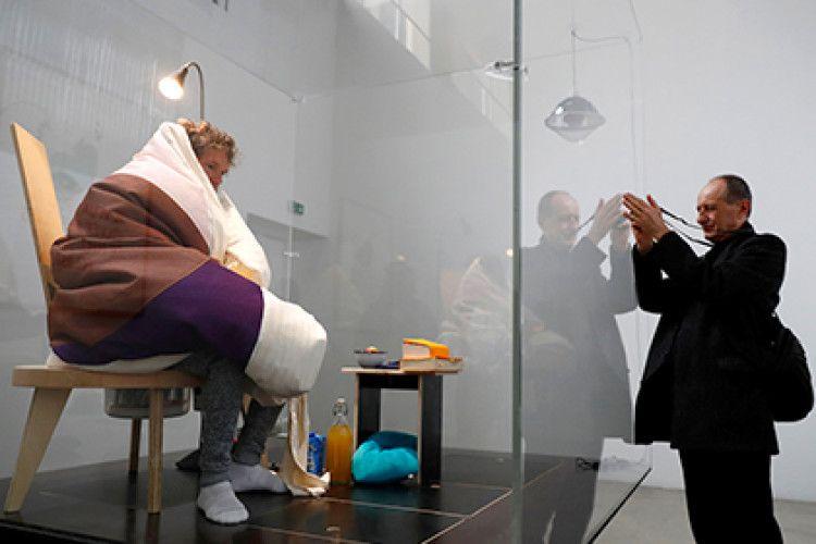 У паризькому музеї чоловік-квочка висиджує курячі яйця (фото)