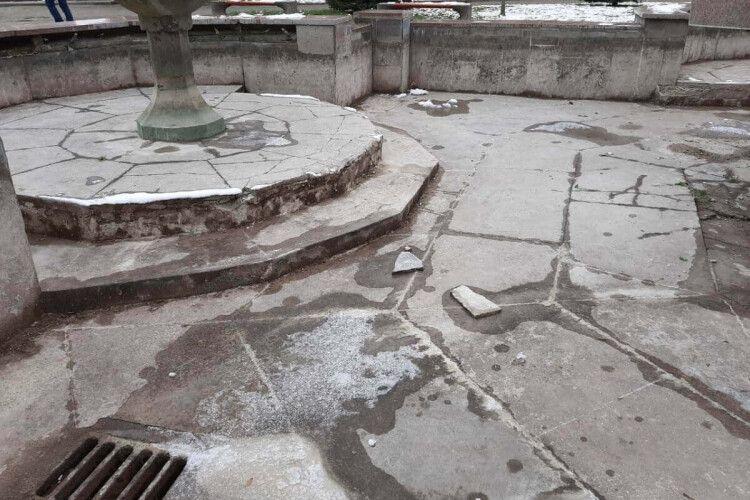 Показали зруйнований фонтан в центрі Луцька (Фото)