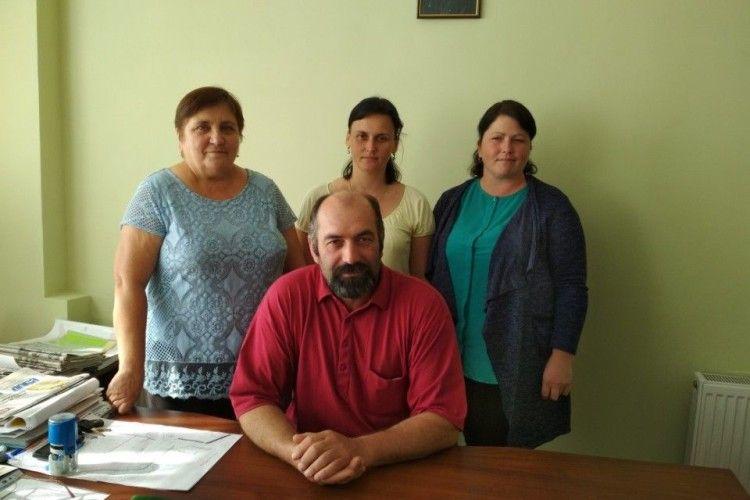 Працівники сільради на чолі з головою Петром Ярутою не стоять осторонь проблем  села.