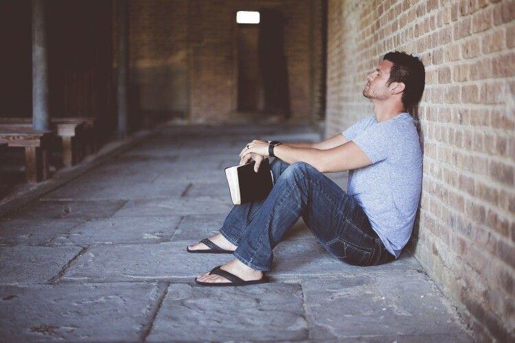 Грабіжник читав книжку з саморозвитку й заснув на місці злочину (Відео)