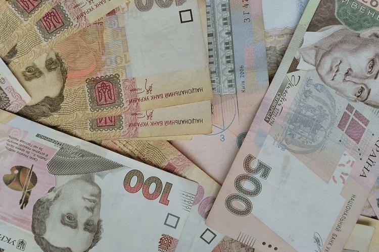 Українським вчителям та медикам підвищать зарплати: названо терміни та суми