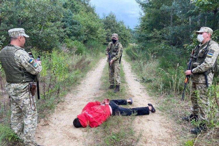 Правопорушник з ножем здійснив напад на прикордонника (Фото)