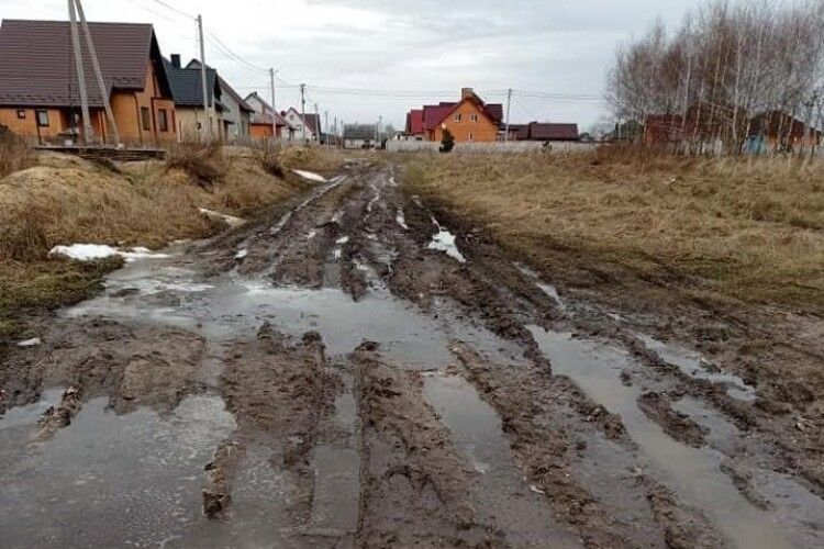 У райцентрі на Волині вулиця з іменем Героя України непрохідна через заболоченість (Фото)