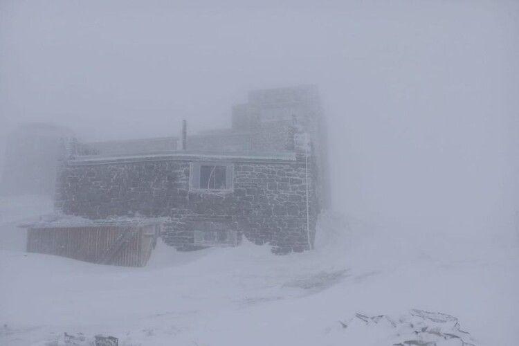 Карпати замітає – випало 15 сантиметрів снігу