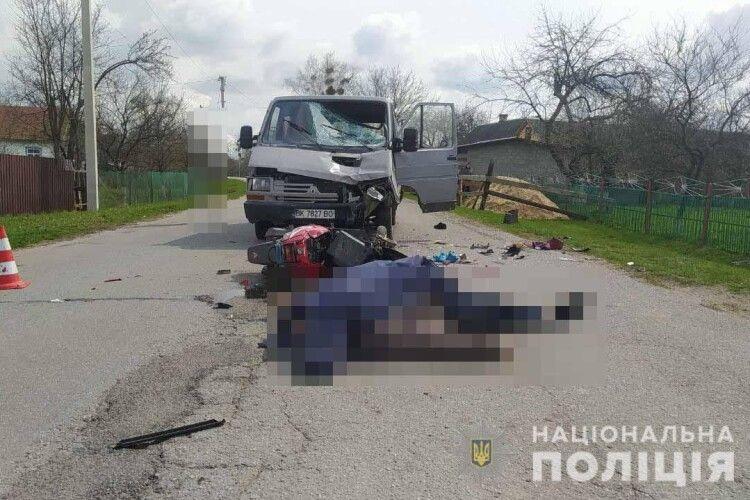 На Рівненщині алконавт за кермом мікроавтобуса на смерть збив скутериста-односельчанина й зламав ногу його дружині (Фото)
