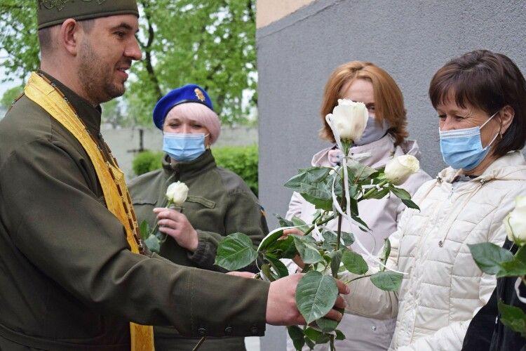 Луцьким гвардійкам подарували білі троянди (Фото)