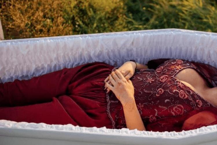 Показ мод із труни: українська ритуальна агенція підірвала мережу демонстрацією одягу для поховання (Фото)