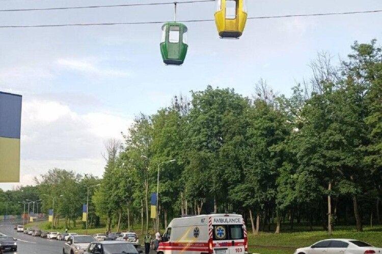 Мати юнака розповіла, чому її син міг стрибнути з канатної дороги під автобус