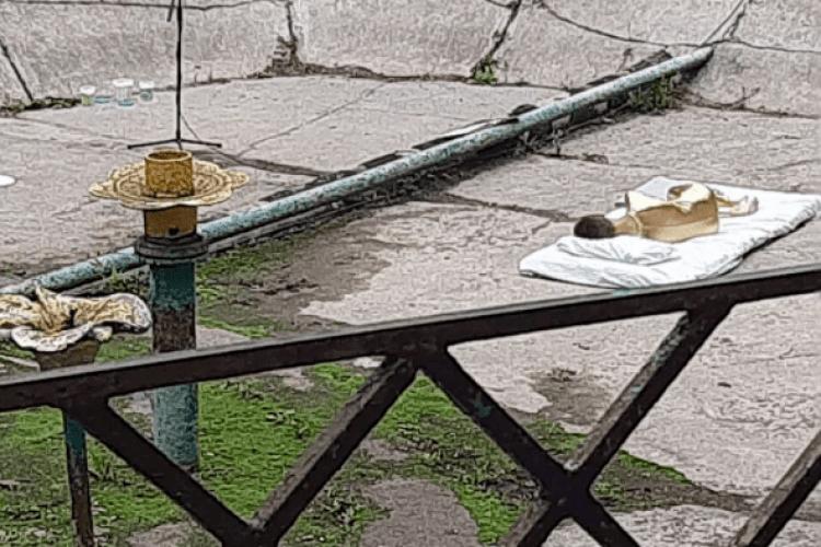 У Рівному в фонтані спить дівчина в золотистому комбінезоні (Відео)