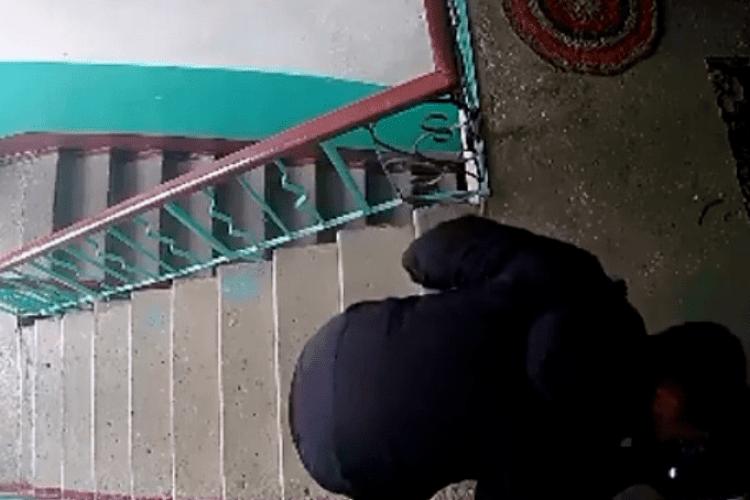 У Ковелі камера зафіксувала чоловіка, який перевіряв дверні замки (відео)