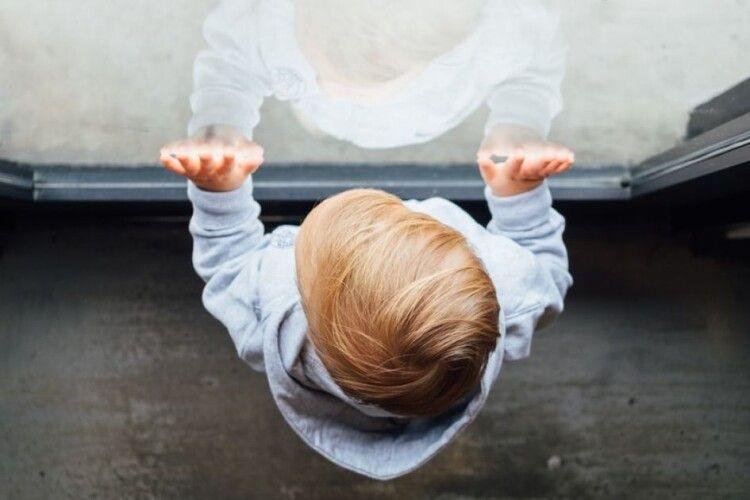 Трирічний малюк випав з вікна п'ятого поверху і вижив