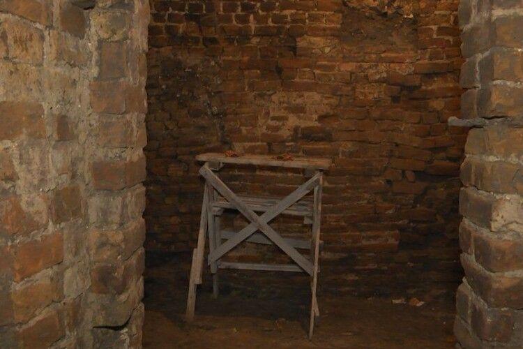 Під Луцьким замком розкопали 25 метрів нових підземель: що там знайшли (відео)