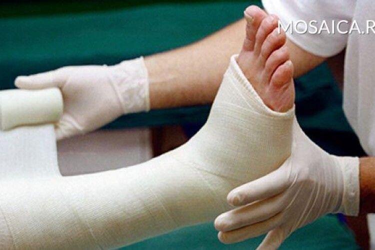 Учителька наказала винести учня зі зламаною ногою за територію школи