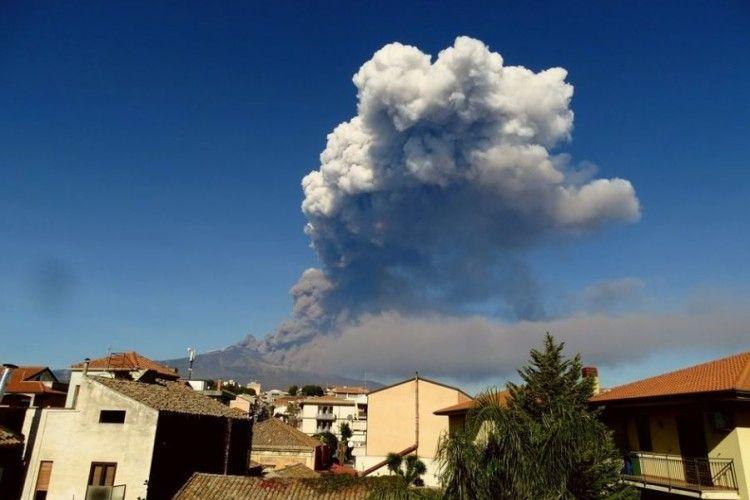 На італійському острові Сицилія почалося виверження вулкану Етна