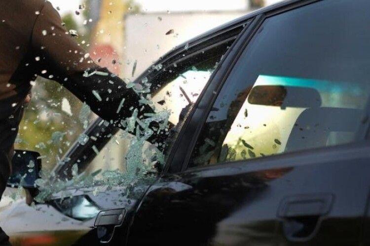 Відомо, хто обкрадав автомобілі у луцьких дворах і поцупив на Кравчука Audi