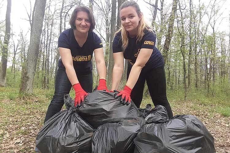 УКіверцях мама здочкою… прибирають ліс