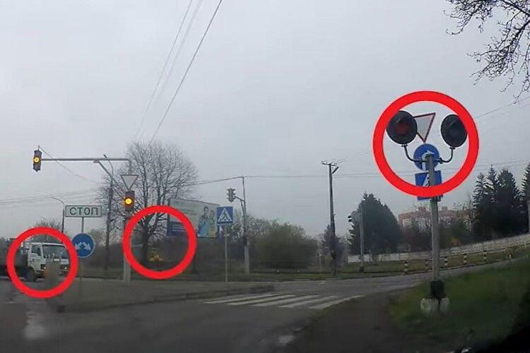 У Луцьку локомотив ледве не зіткнувся з вантажівкою (Відео)