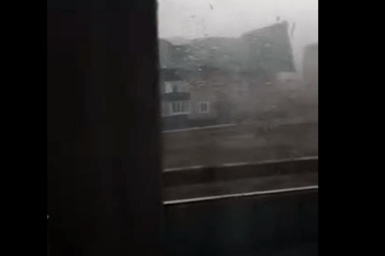 Вітер зірвав дахи з десятків будівель: момент потрапив на відео