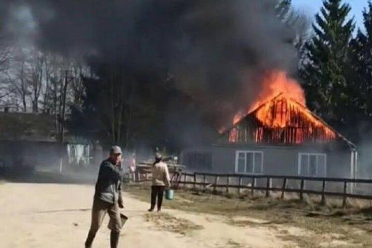 Недоумки знову підпалили суху траву – згоріла разом із сільрадою