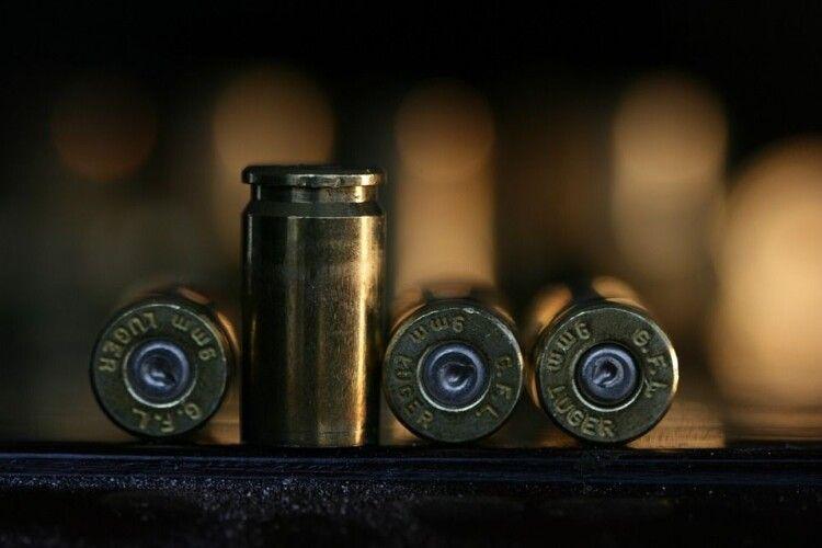 Пістолет, боєприпаси та марихуана: у квартирі лучанина провели обшук