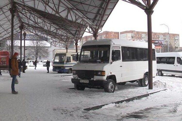 На луцькій автостанції відновили рух автобусів, які не курсували через замети